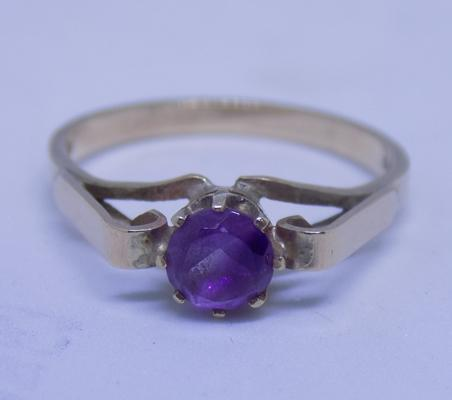 9ct gold amethyst solitaire ring, size N