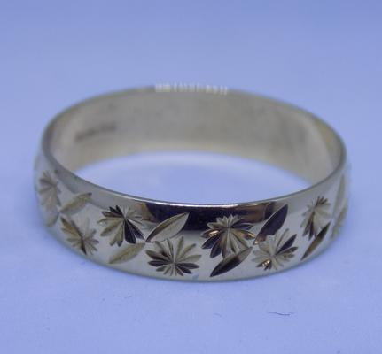 9ct gold diamond cut patterned ring, size R