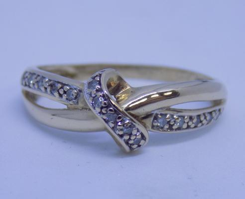 9ct gold diamond cross over ring - size P