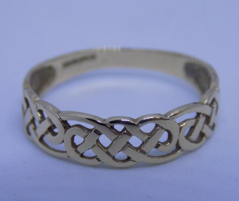 9ct gold Celtic band ring, size O 1/2