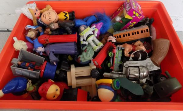 Box of mixed toys & figures