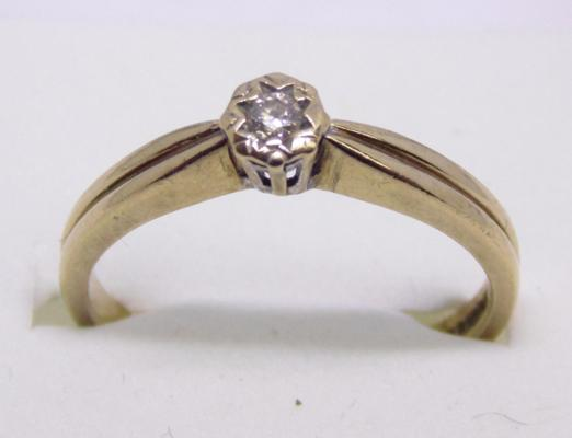 9ct gold diamond solitaire ring - size P 1/2