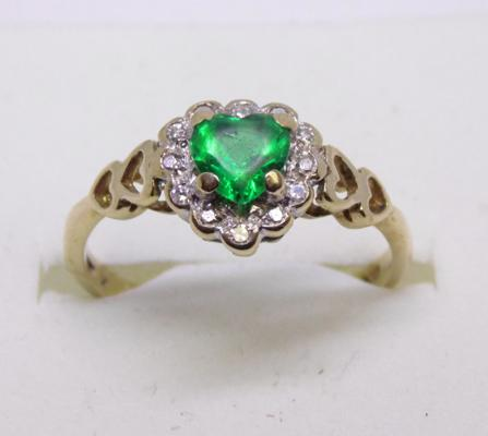9ct gold diamond and green heart shaped ring. Size L 1/2