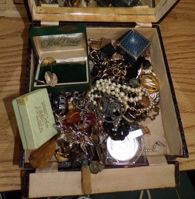 Selection of vintage collectable jewellery
