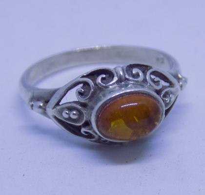 925 sterling silver oval fronted Baltic Amber ladies ring - size P 1/2