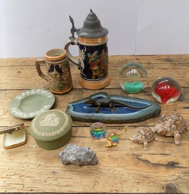 Selection of small collectables incl. Wade and Wedgwood