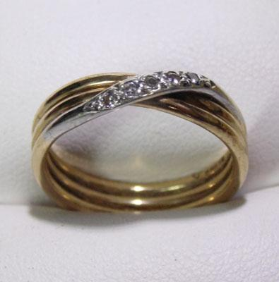 9ct gold 3 band cross over diamond ring - Size N 1/2