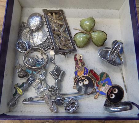 Selection of vintage gold and silver jewellery including Golly badges