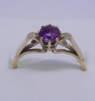 9ct Gold amethyst solitaire ring size N