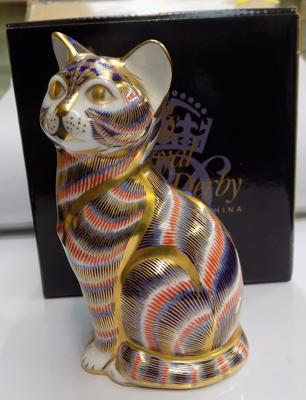 Royal Crown Derby Imari cat, gold stopper paperweight