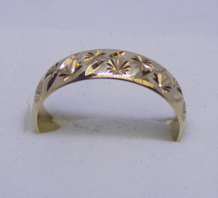 9ct Gold diamond cut pattern wedding band size R