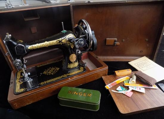 Manual Singer sewing machine, accessories and manual