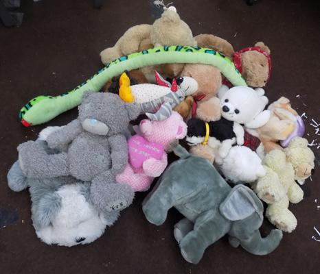 Selection of soft toys & teddies
