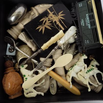 Tray of vintage collectables incl. Bone and Hornby items