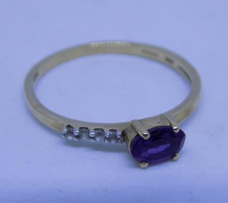 10ct gold ring with with oval amethyst, size O