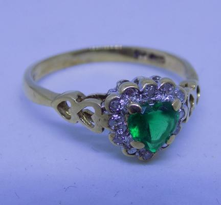 9ct gold diamond & green heart shaped ring, size L 1/2