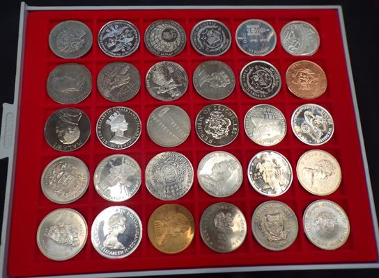 Tray of 30 mixed collector's coins