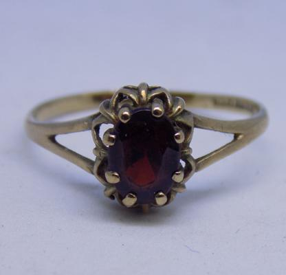9ct Gold garnet solitaire ring