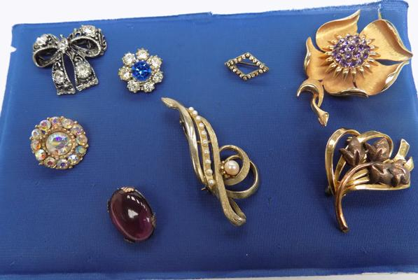 Selection of brooches, incl. Victorian amethyst on copper brooch
