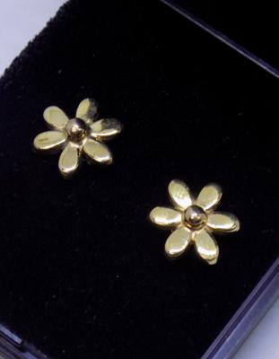 Pair of 9ct gold daisy stud earrings