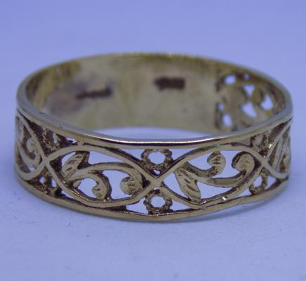 9ct gold scrollwork/ filligre ring size W