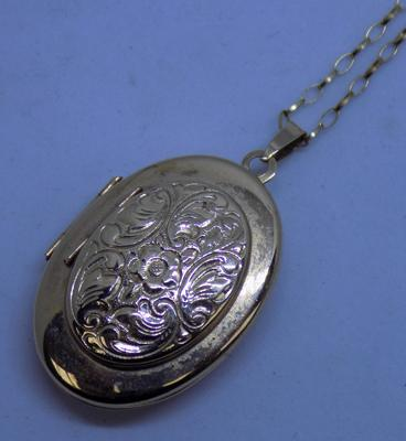 "9ct gold unusual locket - holds 6 pictures on 20"" 9ct gold chain"