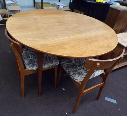 Folding circular table & four chairs