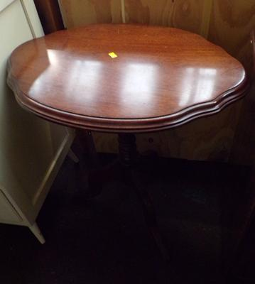 Oval pie crusted side table