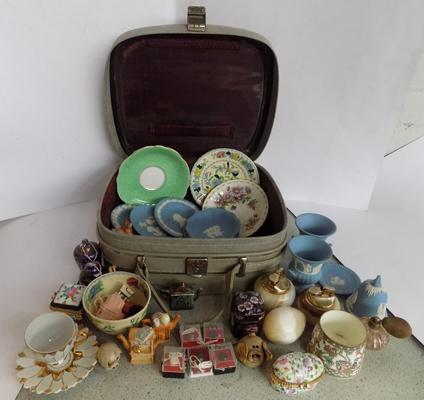 Vanity case incl. named pottery and small collectables