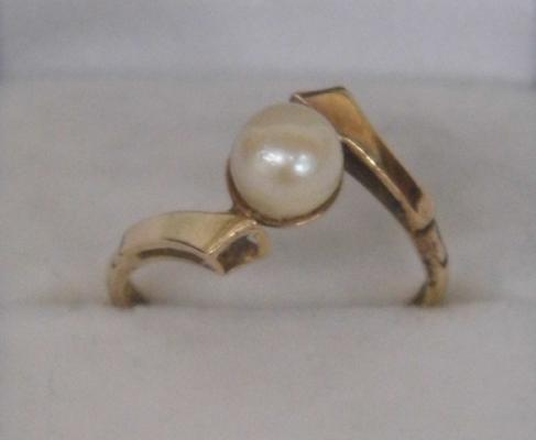 9ct gold and pearl ring