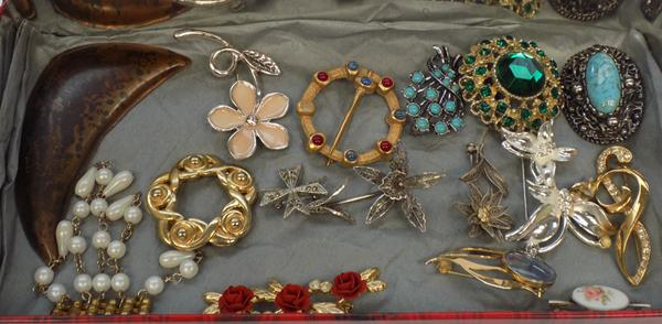 16x Brooches