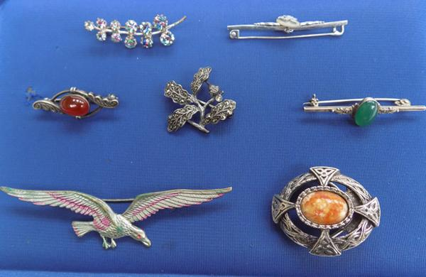 Good selection of brooches, incl. silver
