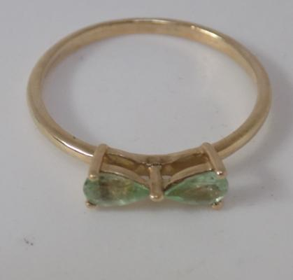 9ct Gold unusual bow ring set with peridot size O