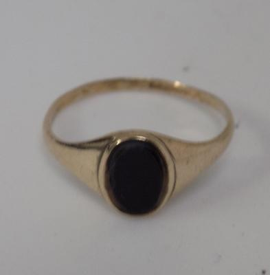 9ct very small gold black onyx signet ring size T1/2