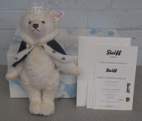 Boxed Steiff bear 'Love to reign over us' in unused condition with certificate