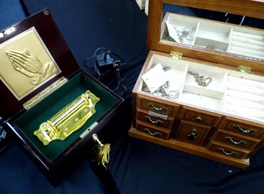 Musical jewellery box with costume jewellery