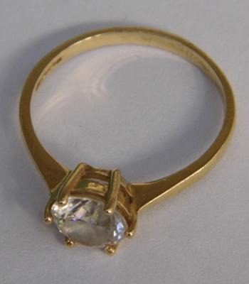 14 ct gold engagement ring with large clear stone