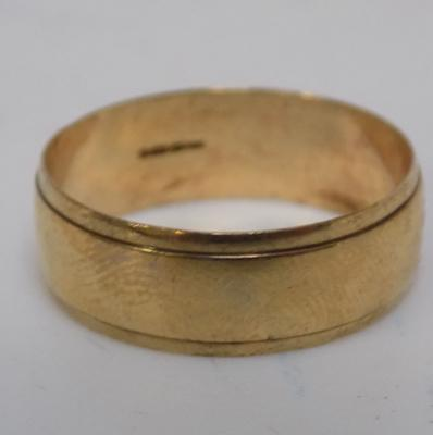 9ct gold broad plain band ring, size T