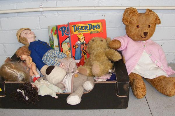 Selection of vintage dolls & teddies + annuals