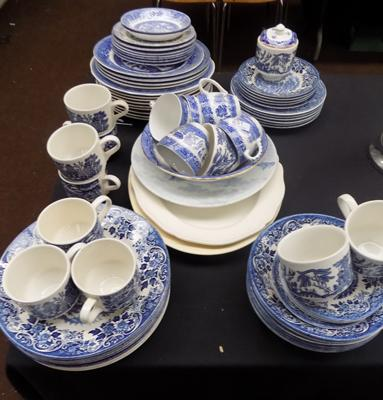 Large amount of blue/white willow pattern, part dinner service