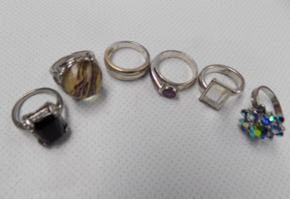 5x Costume rings & 1x silver