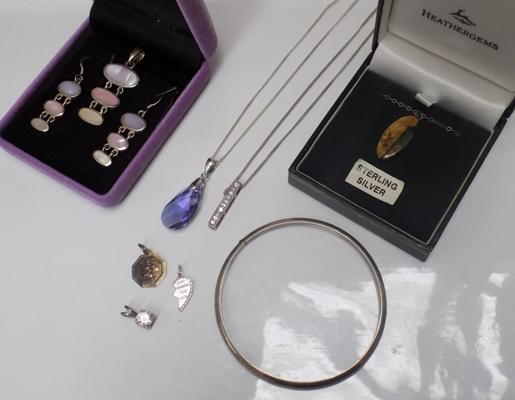 Selection of silver jewellery, incl. 3 x silver necklaces, silver bangle, silver pendants etc...