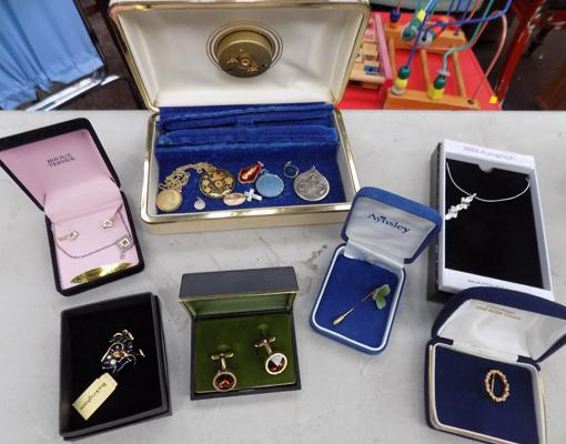 Selection of jewellery & boxes