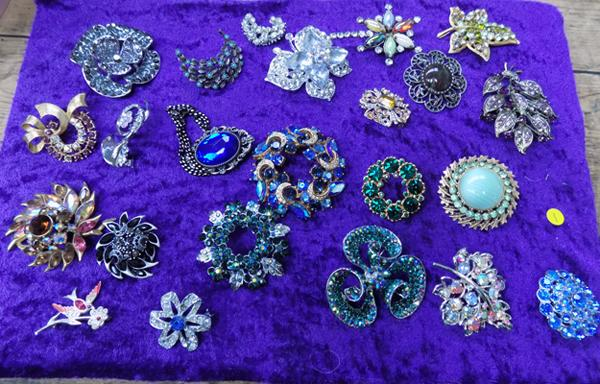 23 quality vintage brooches