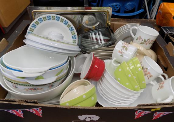 Box of kitchen ware, incl. Pyrex