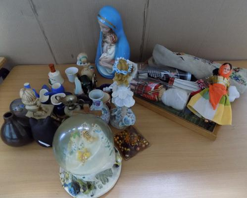 Box of collectables, incl. Caithness paperweight & picture