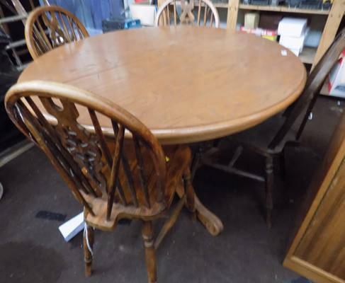 Round table & four Windsor wheel back chairs