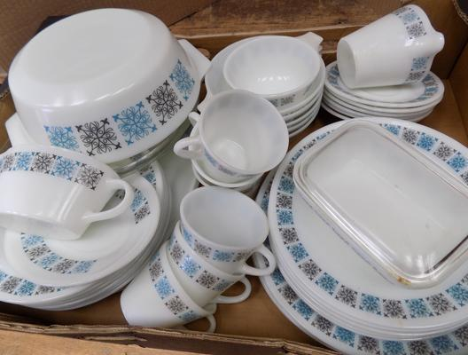 Large selection of Chelsea pattern Pyrex plates etc...