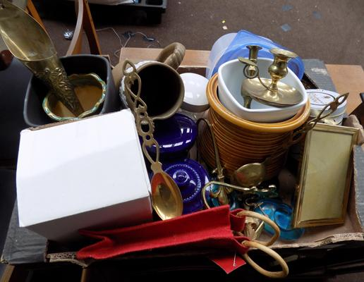 Box of mixed pottery & brass items