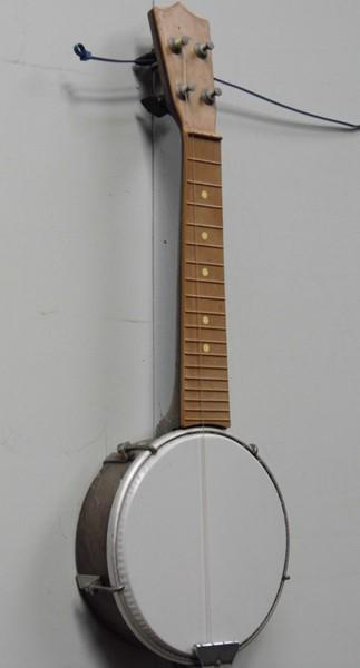 Plastic banjo with only one string